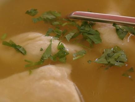 מרק עוף עם קרפעלך (צילום: גיא הכט, מסעדת סנדר)