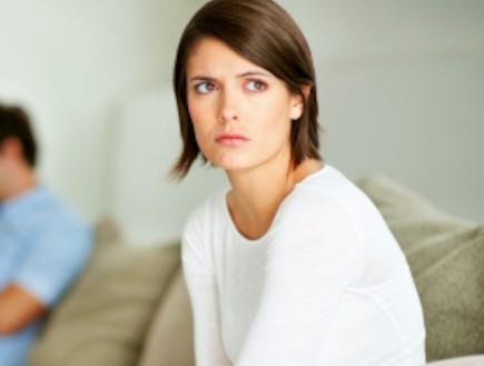 אישה מוטרדת מסתכלת הצידה (צילום: Jacob Wackerhausen, Istock)