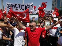 הפגנות באיסטנבול. אוהדי מכבי לא חוששים (רויטרס) (צילום: מערכת ONE)