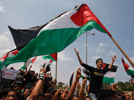 חוגגים עם דגלי פלסטין, ארכיון (צילום: AP)