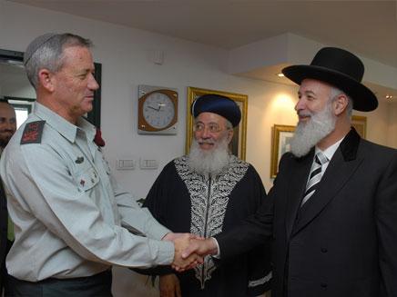 """עם הרבנים הראשיים. """"אף רב לא יפקד"""" (צילום: דובר צה""""ל)"""