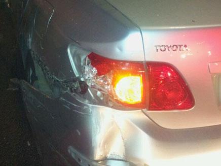 אחת המכוניות שנפגעו מהשודד, אמש (צילום: חדשות 24)