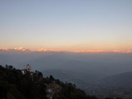שקיעה מעל ההימלאיה בנגרקוט נפאל (צילום: istockphoto)