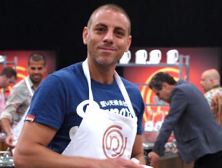 שי סרמני מבשל (צילום: שי שרף)