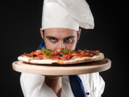 שף מחזיק פיצה (צילום: istockphoto)