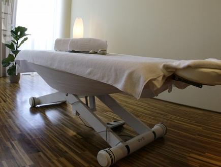 """מיטת טיפולים. שחקני הפועל פ""""ת זכו לחוויה (רויטרס) (צילום: מערכת ONE)"""
