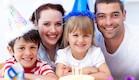 ילדה ומשפחתה חוגגים יום הולדת (צילום: Wavebreakmedia Ltd, Istock)