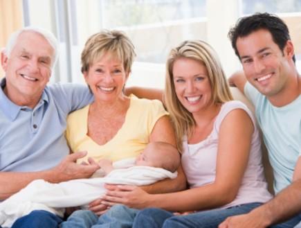אבא, אמא, סבתא, סבא ותינוק חדש (צילום: monkeybusinessimages, Istock)
