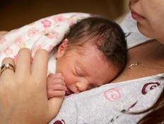 תינוק פג שוכב על אימו (צילום: casenbina, Istock)