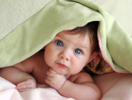 תינוקת עם עיניים כחולות (צילום: ekinsdesigns, Istock)
