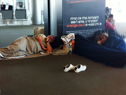 ישנים בשדה התעופה (צילום: חדשות 2)