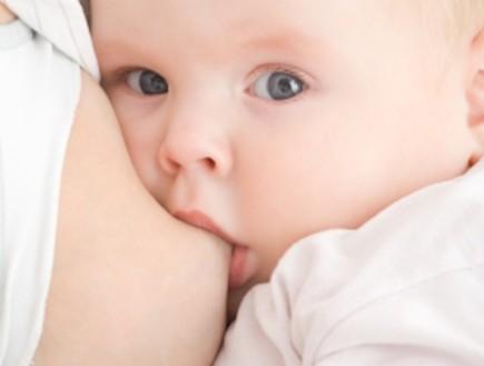 תינוק יונק מסתכל למצלמה (צילום: Igor Stepovik, Istock)
