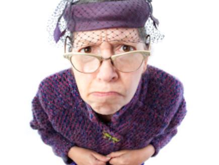 אישה מבוגרת מסתכלת למצלמה (צילום: diane39, Istock)