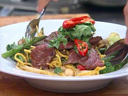 נודלס תאילנדי עם ירקות (תמונת AVI: mako)