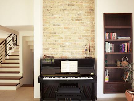 הפסנתר בסלון אחרי שיפוץ - הלל אדריכלות5 (צילום: מושיק כהן)