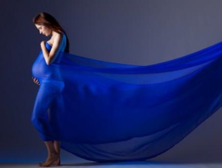 אישה בהריון לובשת בד כחול - צילומי הריון (צילום: istockphoto)