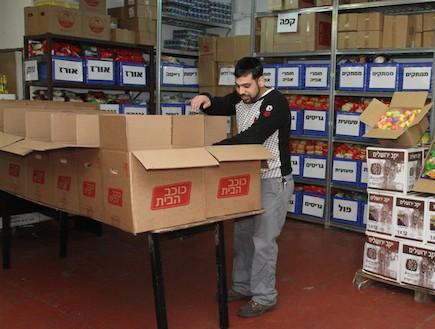 מתנדב בעמותת חסדי נעמי (צילום: האתר הרשמי)