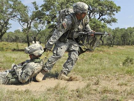 """סחיבת פצוע בצבא ארה""""ב (צילום: צבא ארצות הברית)"""
