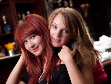 שתי בנות בפאב (צילום: istockphoto)
