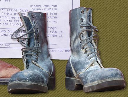 """נעליים (צילום: עיתון """"במחנה"""")"""
