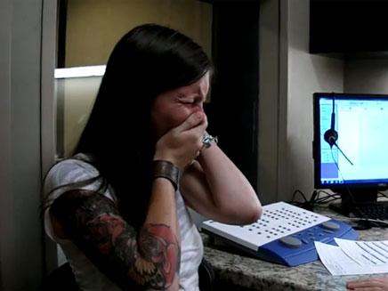 צפו בסרטון: שרה בת ה-29 שומעת לראשונה בחייה (צילום: יוטיוב)