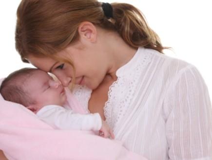 אמא עם תינוקת קטנה