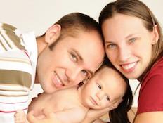 הורים טריים מחזיקים את תינוקם הקטן (צילום: istockphoto)