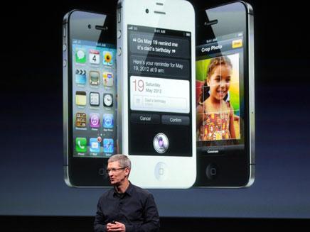 הביקורת עשתה את שלה. קוק משיק את האייפון (צילום: רויטרס)