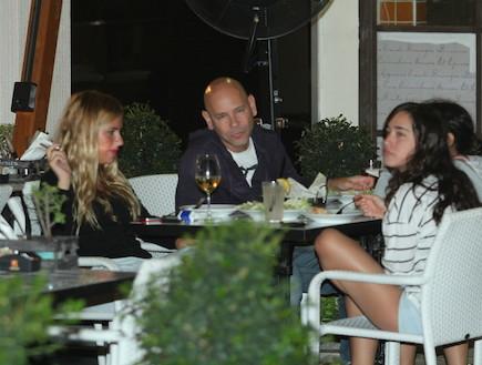 רמי קלינשטיין, אלכס והבנות במסעדה. אוקטובר 2011 (צילום: אלעד דיין)