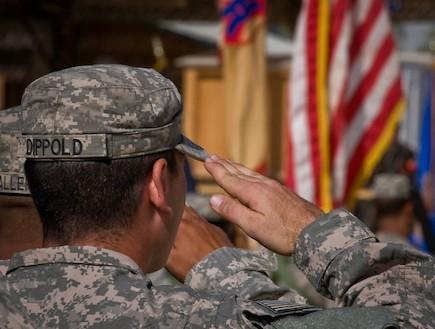 חייל אמריקאי מצדיע לדגל (צילום: צבא ארצות הברית)
