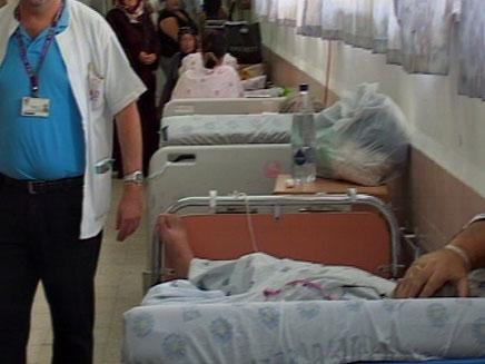 הקלה בעומס במיון; במחלקות החולים במסדרונות (צילום: חדשות 2)