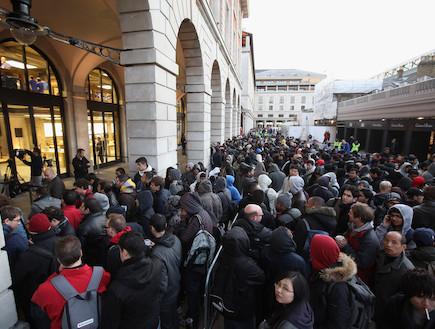 השקת אייפון 4S, תור בחנות אפל בלונדון (צילום: Oli Scarff, GettyImages IL)