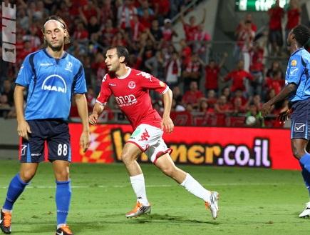 עומר דמארי רץ לחגוג את שער היתרון (שי לוי) (צילום: מערכת ONE)
