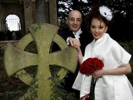 זוג בבית קברות (צילום: צילום מסך)