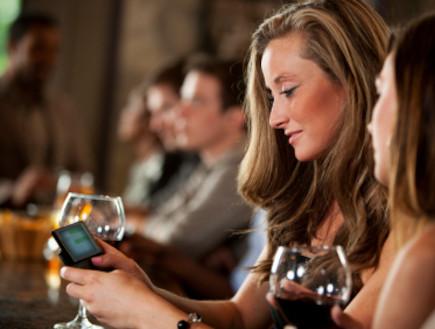 בחרה עם טלפון סלולרי (צילום: istockphoto)
