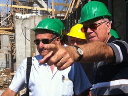 שחר מבקר באצטדיון החדש (האתר הרשמי של מכבי חיפה) (צילום: מערכת ONE)