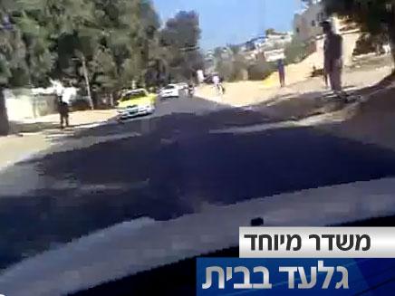 שיירת כלי הרכב שהובילה את גלעד (צילום: יוטיוב)