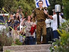 """רב סמל גלעד שליט יורד במדרגות אל עבר ביתו (צילום: דו""""צ)"""