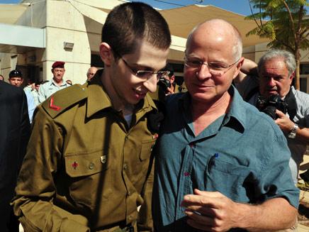 שליט ביום שחרורו מהשבי (צילום: אריאל חרמוני, משרד הביטחון)