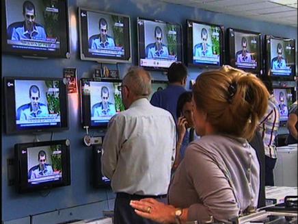 עם ישראל מרותק למסכים (צילום: חדשות 2)