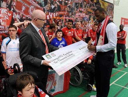 לברון תורם 10,000 דולר (האתר הרשמי של ליברפול) (צילום: מערכת ONE)