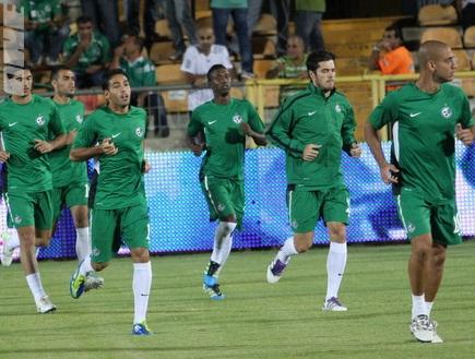 שחקני מכ´ חיפה מוכנים לקרב מול הרומנים (עמית מצפה) (צילום: מערכת ONE)