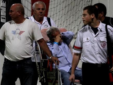 מומי זפרן מקבל טיפול לאחר שחש ברע (איתי ישראל) (צילום: מערכת ONE)