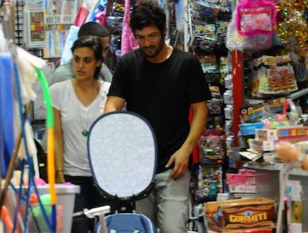 רון שחר ומיה קרמר עם הבת בקניות צעצועים (צילום: ברק פכטר)