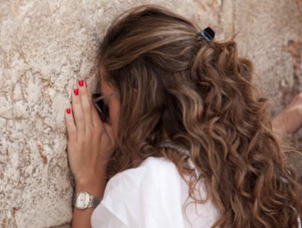 אישה מתפללת בכותל (צילום: Gosiek-B, Istock)