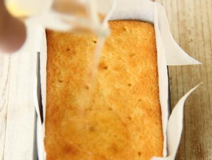 עוגת לימון מלחלחים את העוגה (צילום: חן שוקרון, אוכל טוב)