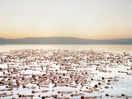 נחשפה תמונת העירום בים המלח (צילום: ספנסר טוניק)