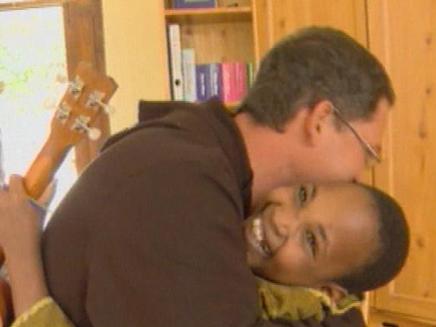 בעקבות היתומה מאפריקה (צילום: חדשות 2)