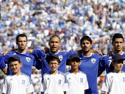 שחקני הנבחרת בעת נגינת ההמנון (יוסי ציפקיס) (צילום: מערכת ONE)