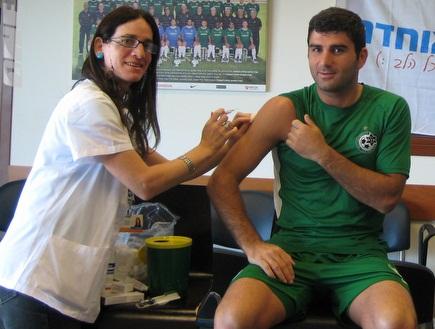 דבאלשווילי מקבל זריקה נגד שפעת (חנה עמרם) (צילום: מערכת ONE)